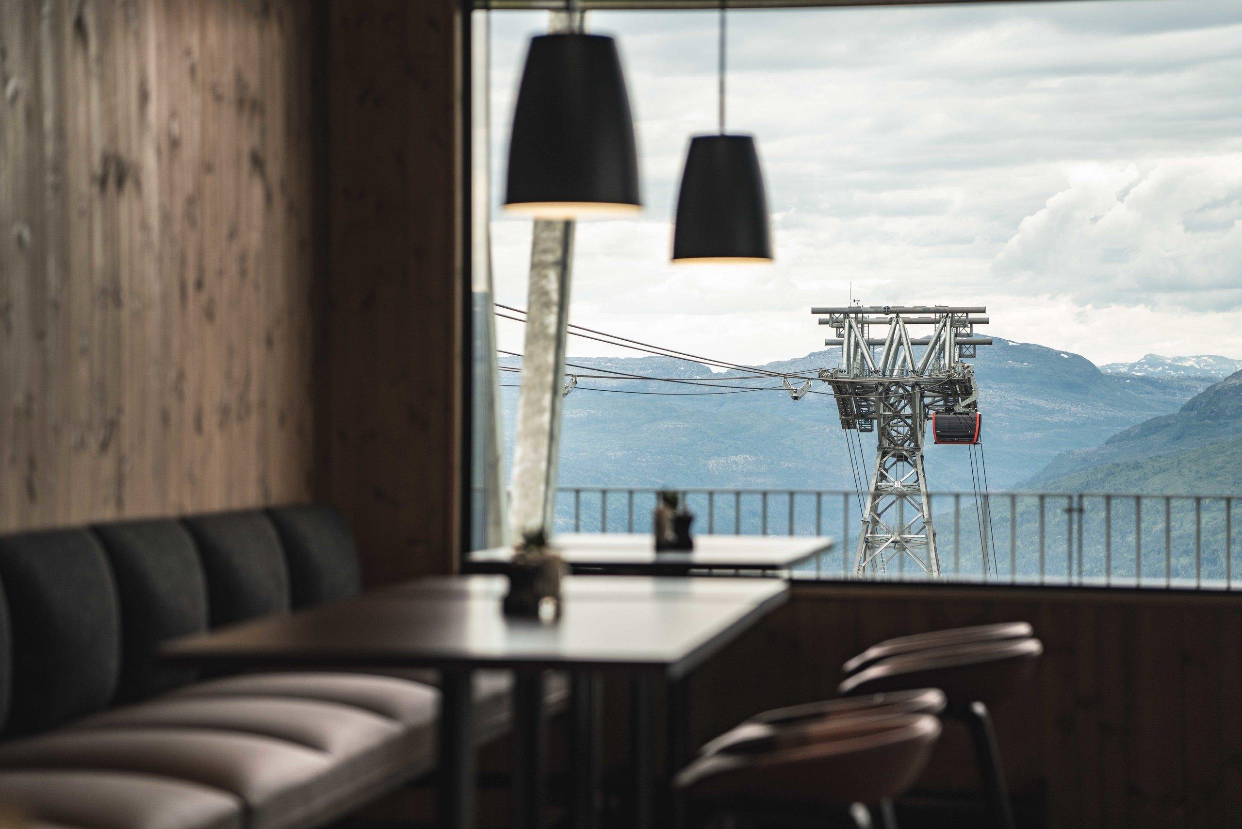 Utsikt mot gondol og Vossafjell frå Hangurstoppen Restaurant. Foto: Jon Hunnålvatn Tøn