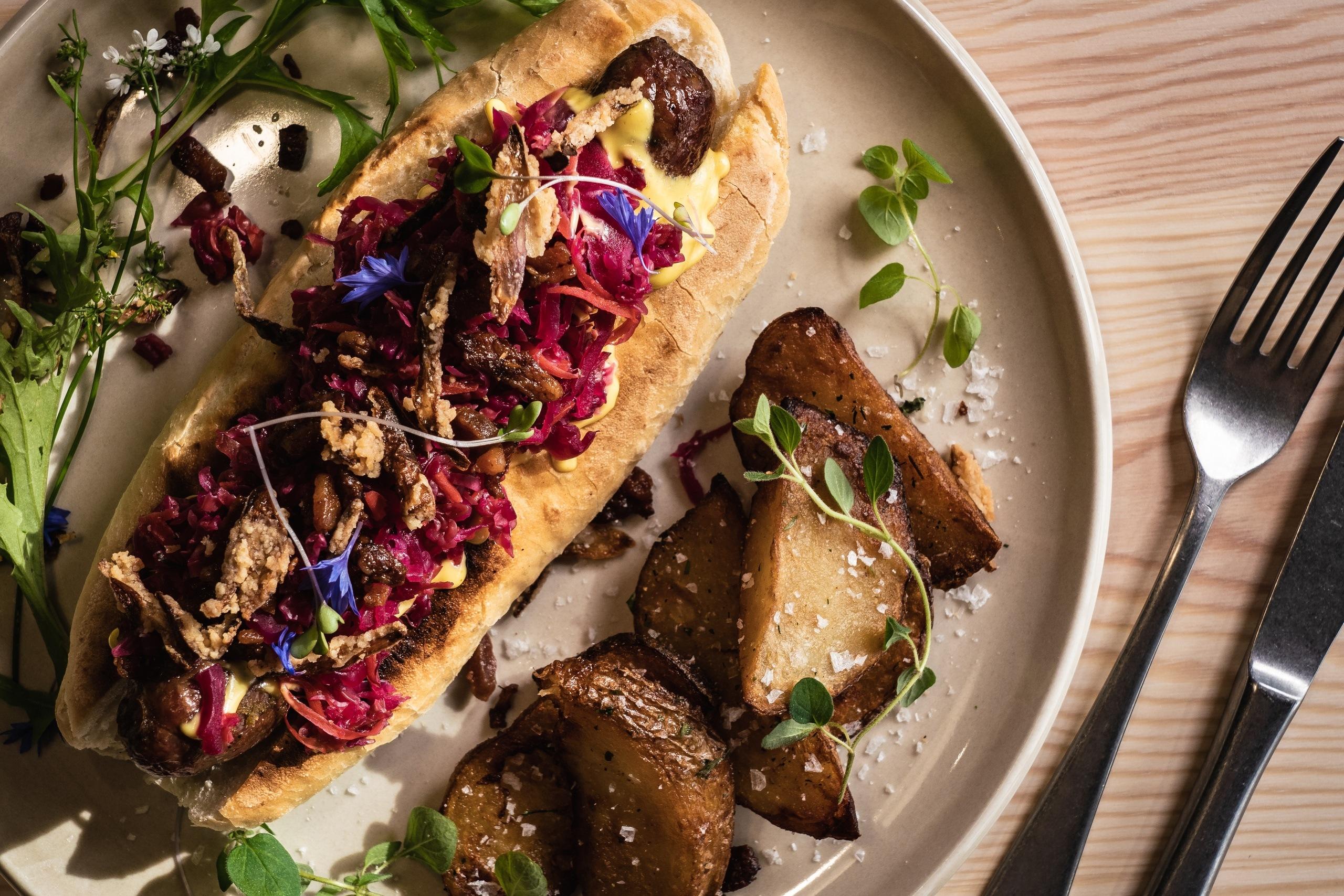 Vår eiga pølse med kjøt frå Smalahovetunet. Hangurstoppen Restaurant har stort fokus på heimelaga og lokal mat. Foto: Jon Hunnålvatn Tøn