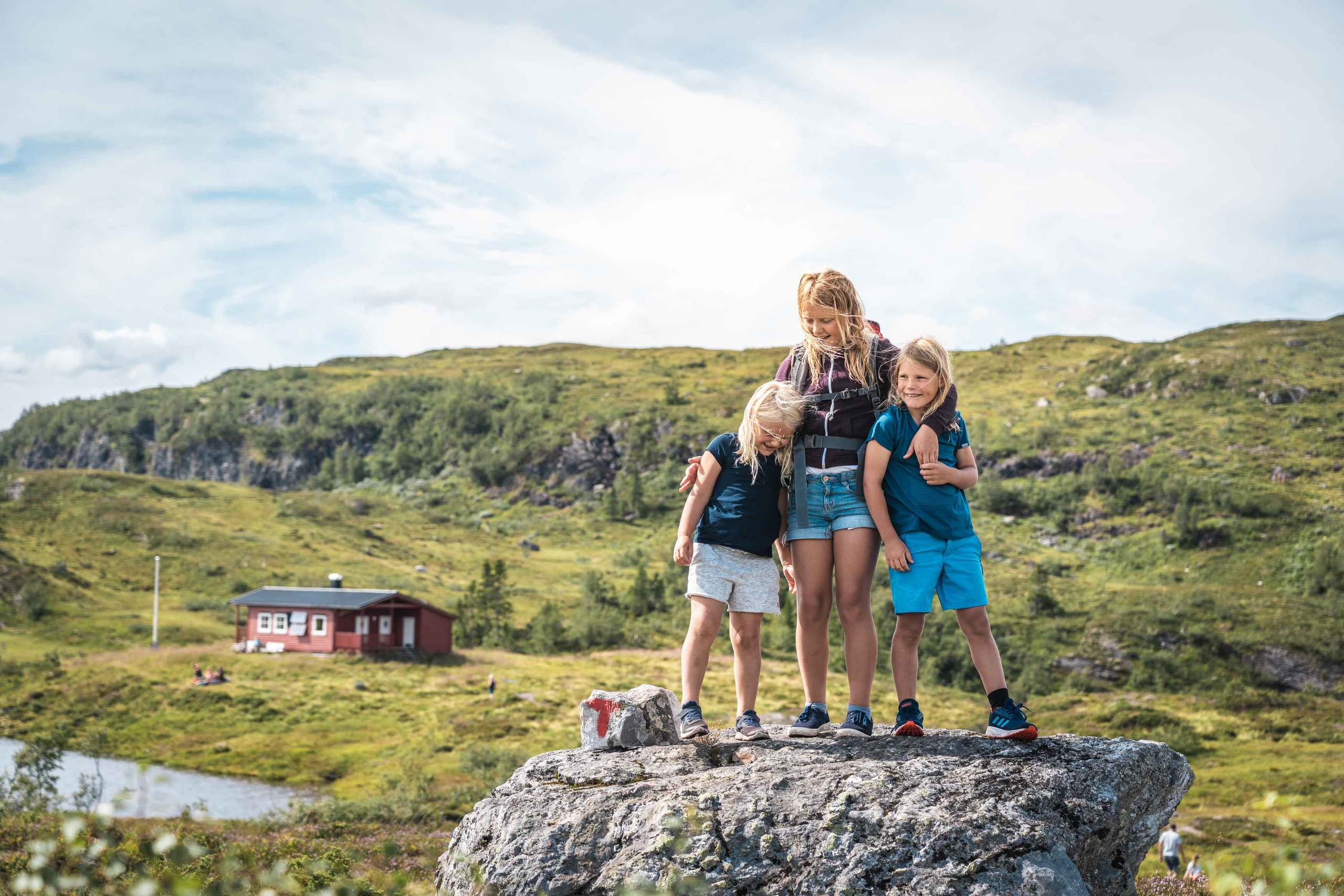 Røde Kors hytta er eit flott turmål. Her er det og mulegheit til å ta seg eit bad i Valbergstjørni! Foto: Jon Hunnålvatn Tøn