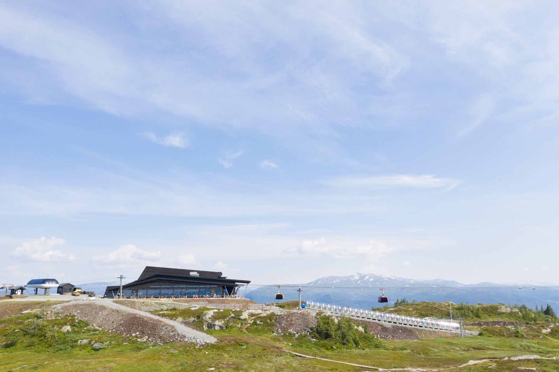 Hangurstoppen og Hangurstoppen Restaurant, 820 m.o.h. Foto: Jon Hunnålvatn Tøn