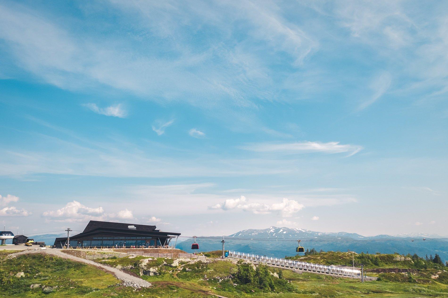 Toppstasjonen for Voss Gondol; Hangurstoppen. Her finn du og Hangurstoppen Restaurant. Foto: Jon Hunnålvatn Tøn