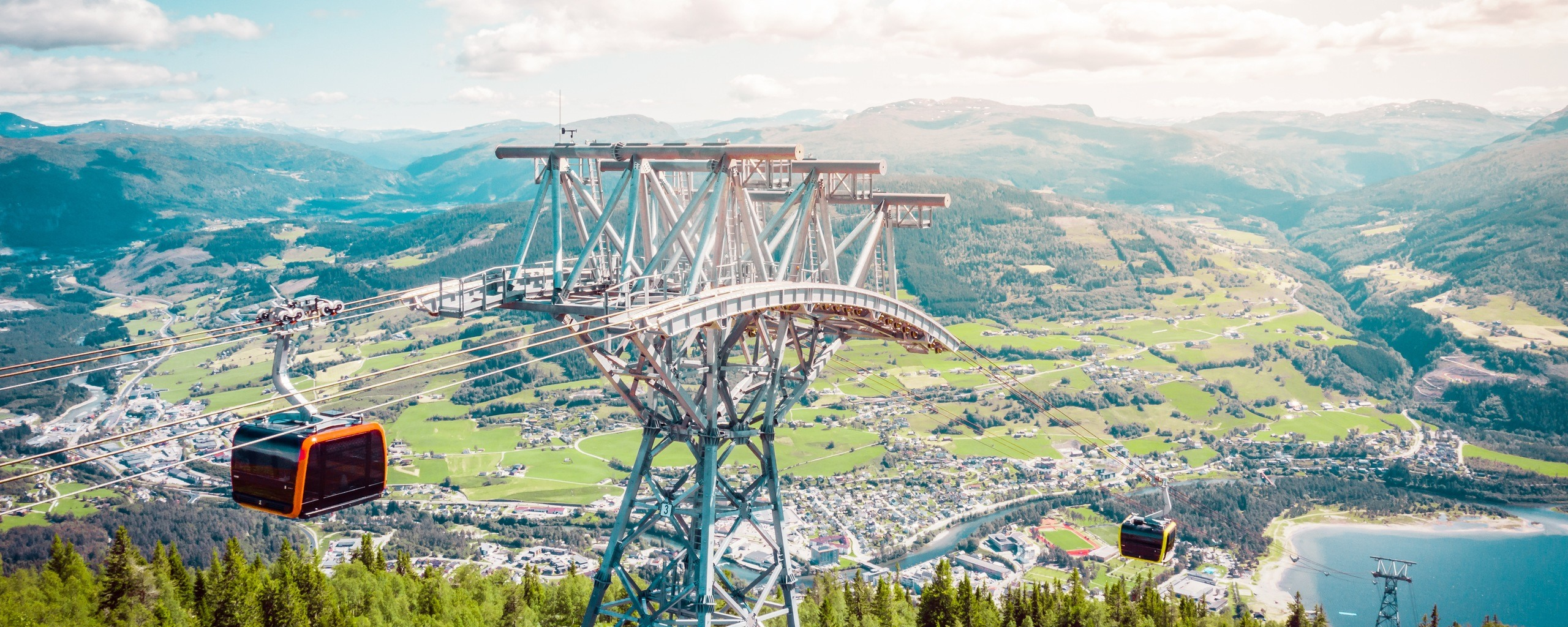 Voss Gondol frakter deg enkelt til fjells. Undervegs har du nydeleg utsikt over Vossafjell og Vossabygda. Foto: Jon Hunnålvatn Tøn